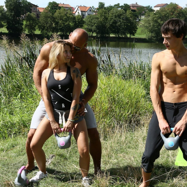Outdoor workout turned threesome - Photo 3 / 16